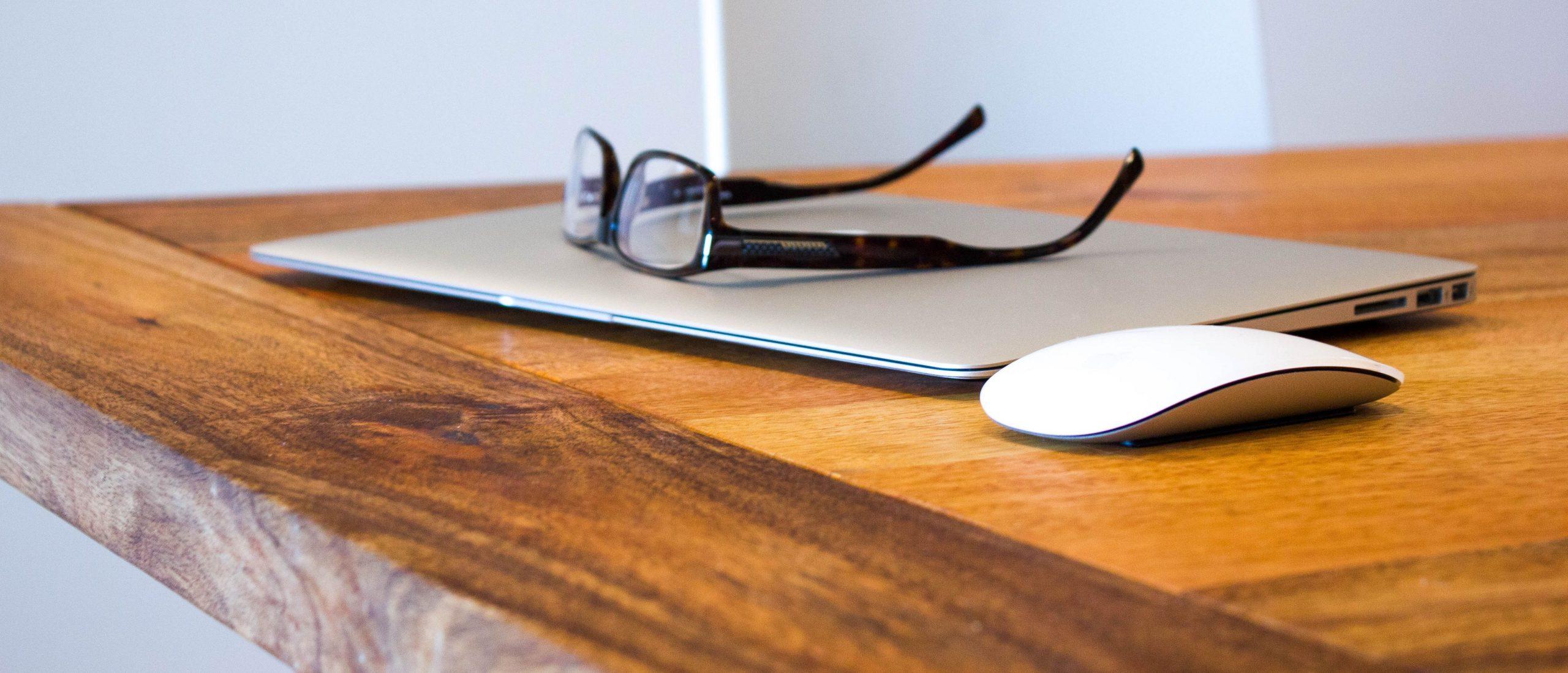 Tietokone ja työpöytä