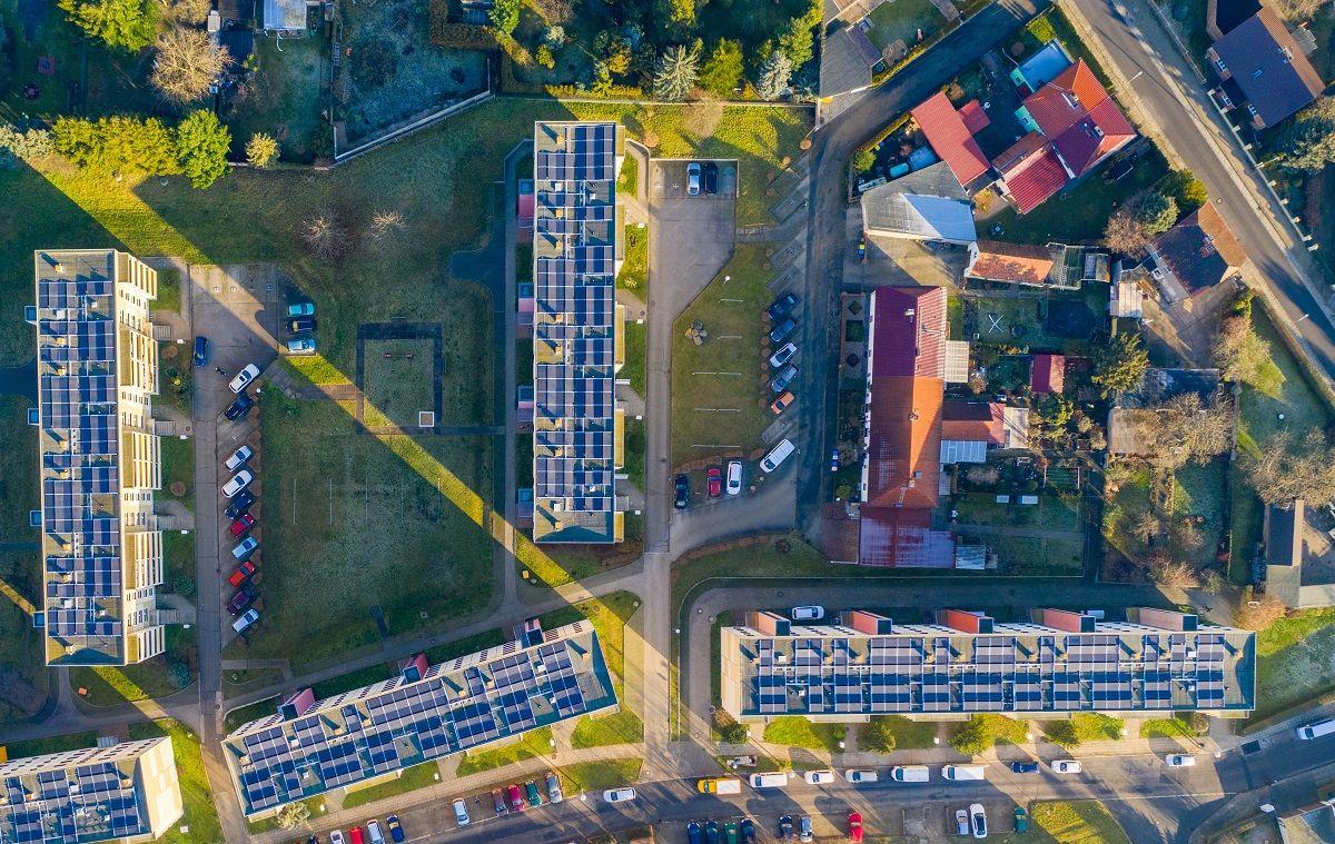 aurinkopaneeleja katoilla